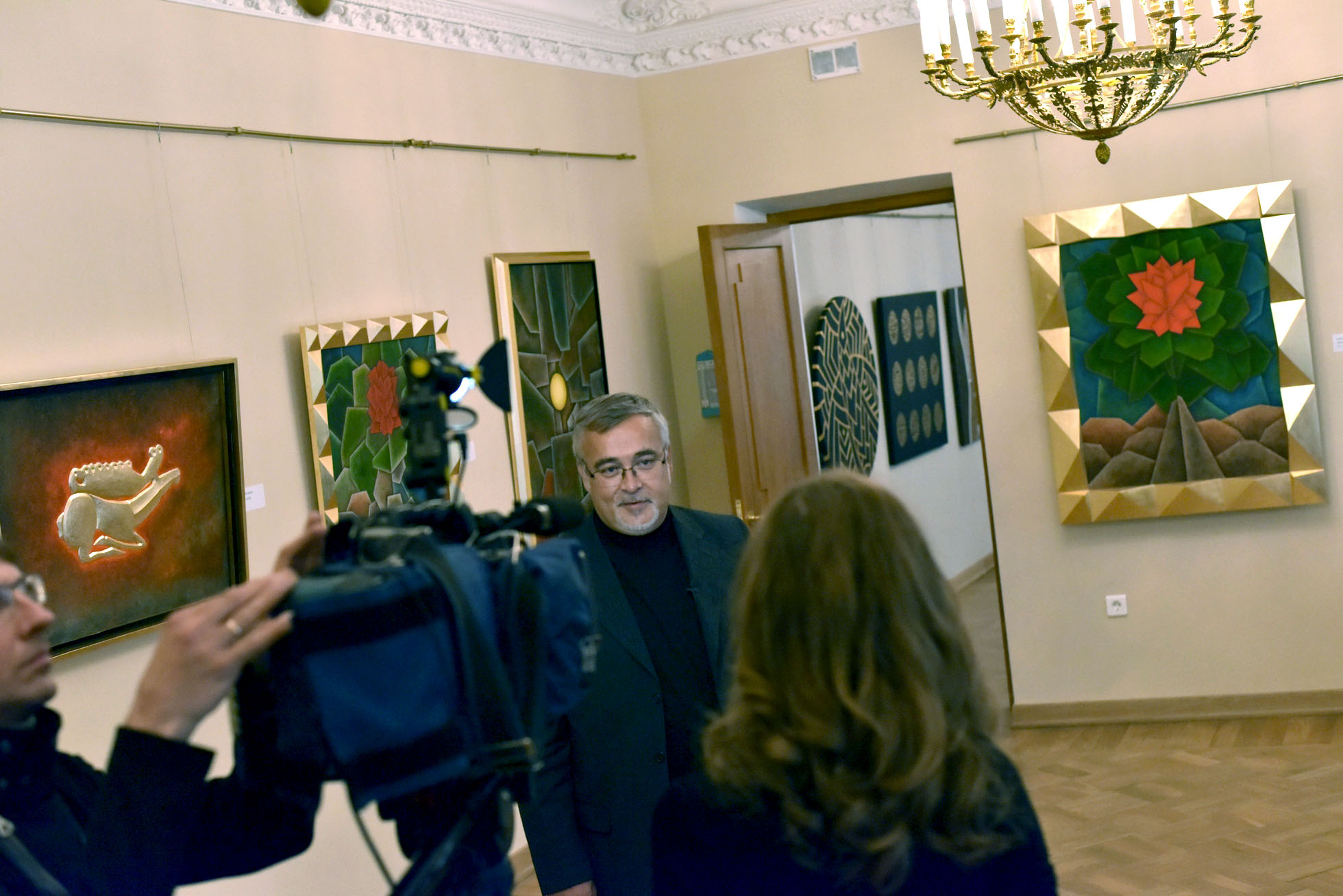 Alexander Nikolenko gives an interview to Channel One (St. Petersburg) at the opening of the exhibition